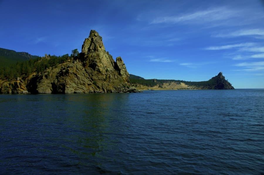 Вид с воды на скалу Большая колокольня
