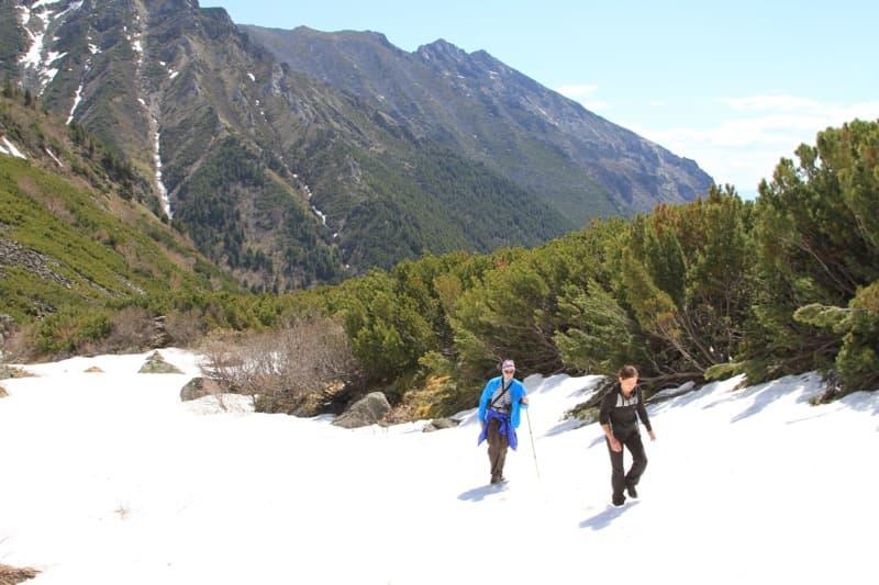 подъем на перевал вдоль реки Улзыха снег