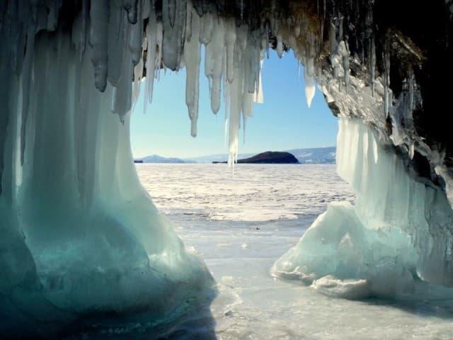 Сокуи - ледяные наплески на скалах Байкала