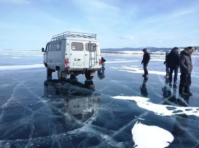 На УАЗах по льду Байкала