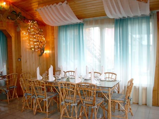 Кафе-бар У озера в Листвянке