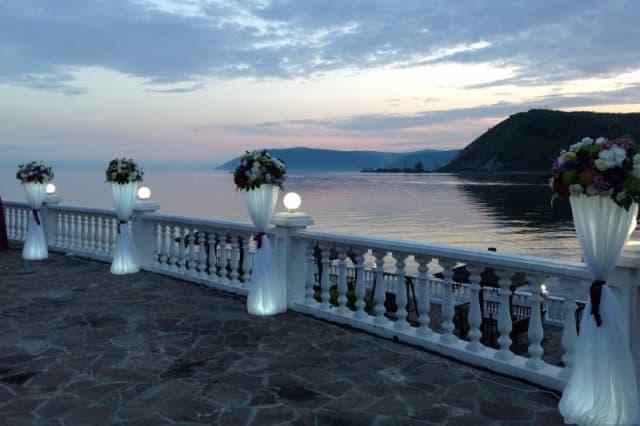 Терраса с видом на Байкал в отеле Легенда Байкала