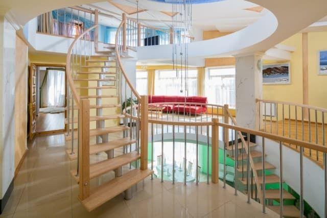 Отель Крестовая падь. VIP коттедж. Винтовая лестница