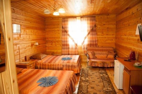 База отдыха Наратэй на Малом море, Брусовой полублагоустроенный домик, спальня
