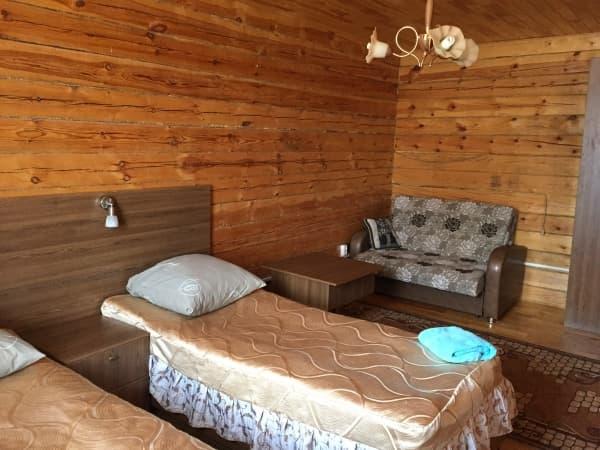 База отдыха Наратэй на Малом море, Благоустроенный 3-х комнатный номер с кухней-гостиной