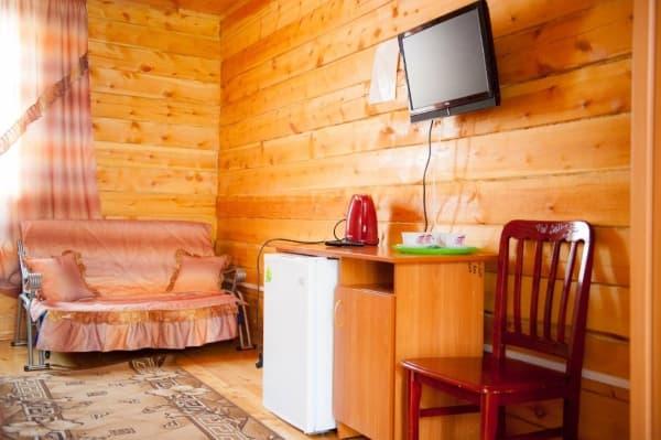 База отдыха Наратэй на Малом море, Брусовой полублагоустроенный домик, спальня - зона отдыха