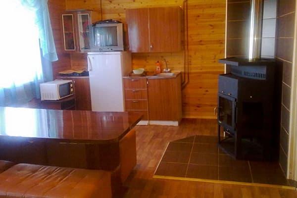 Гостиный двор Баяр на Малом море оз. Байкал, Бунгало  двухэтажный №4, первый этаж, кухня-гостиная с камином