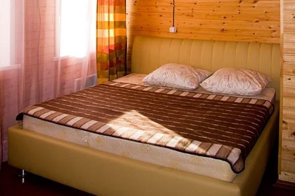 Гостиный двор Баяр на Малом море оз. Байкал, Бунгало  двухэтажный №4, первый этаж, спальня