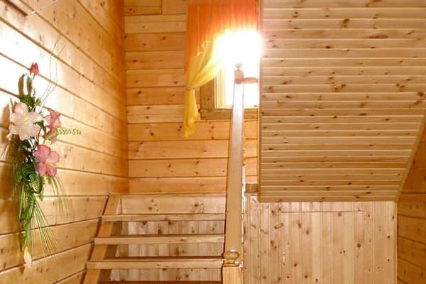 Гостиный двор Баяр на Малом море оз. Байкал, двухэтажные гостевые дома №5-9, лестница на второй этаж