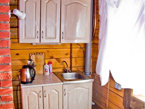 Гостиный двор Баяр на Малом море оз. Байкал, гостевые дома 1,4,11, кухонный уголок