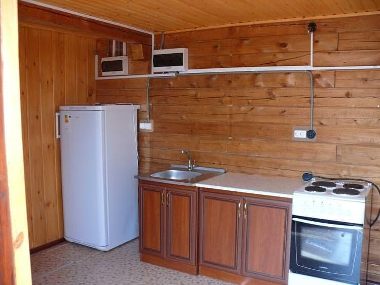База отдыха Ранчо Лагуна на Малом море, оз. Байкал, благоустроенный 2х этажный коттедж, кухня