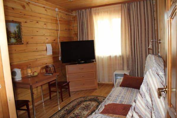 База отдыха Наратэй, 2х-этажный коттедж, благоустроенный номер, гостиная на 1-м этаже