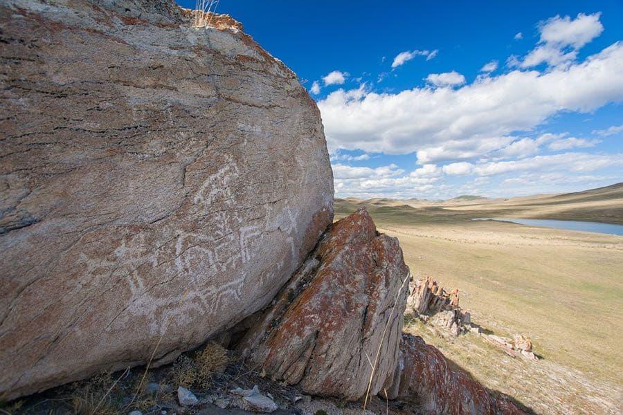 Древние петроглифы в Тажеранских степях
